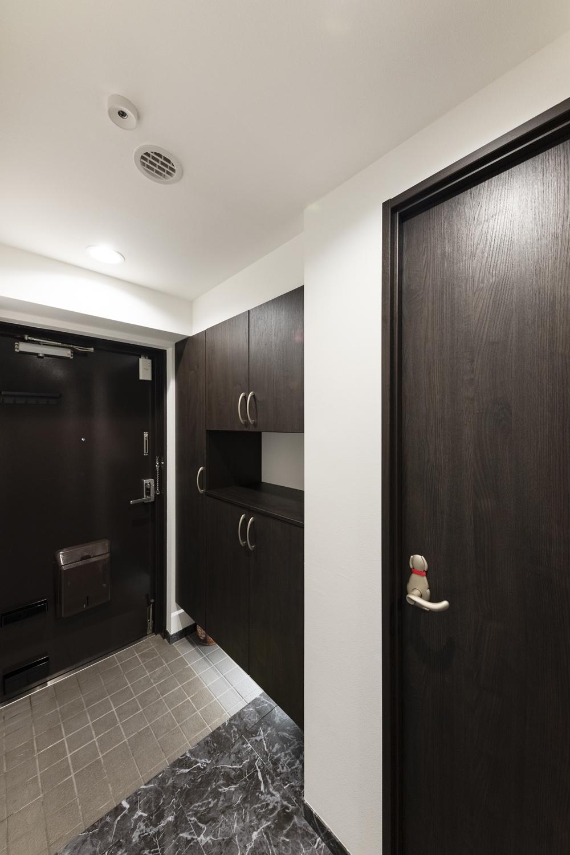 玄関/足元に間接照明を設置し、よりお洒落で贅沢な空間を演出しました。