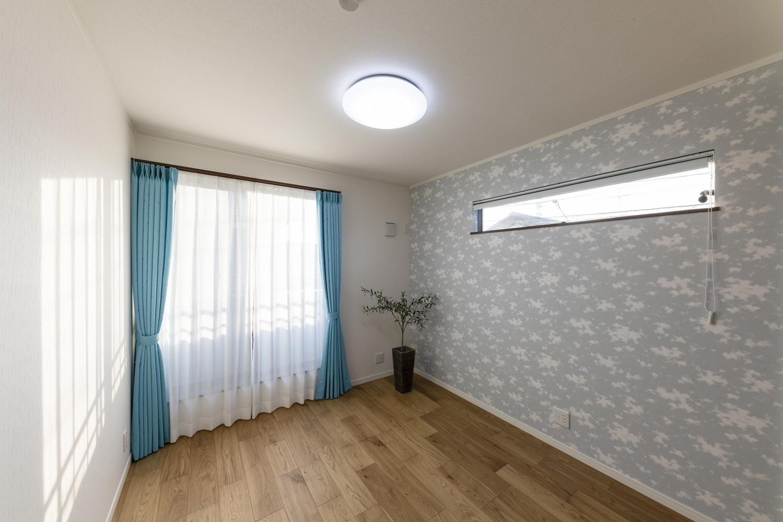 2階洋室/あかりを消すとやわらかな光でお部屋を飾る蓄光タイプのクロスを施しました。