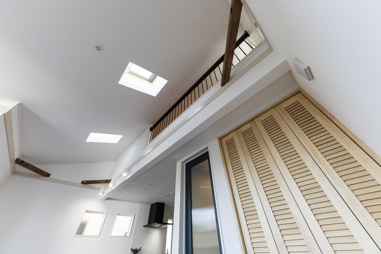 勾配天井にトップライト(天窓)を設えた開放的で光のあふれる空間。火打ち梁をあらわしにしてお部屋のアクセントに。