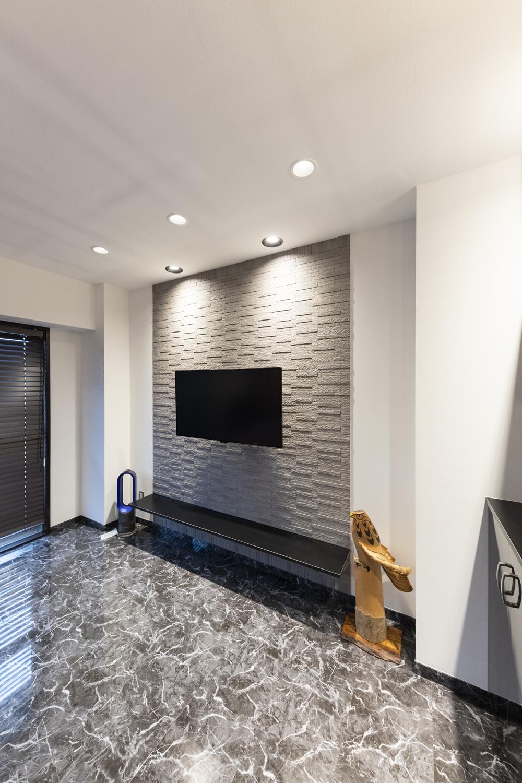 TVスペースに空気を美しく整えるインテリア壁材「エコカラット」を施しました。贅沢感のあるオシャレな空間を演出します。