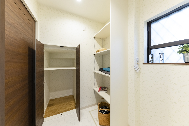 収納たっぷり!壁の向こうの階段下スペースを有効利用して、機能的な脱衣室に♪