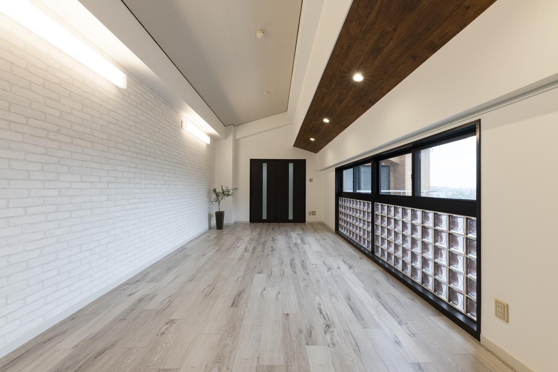 人気のモダンなスタイルのお部屋に大変身!天井・壁のクロスの貼り替え、床材の上張り、建具・設備の交換、新規設置を行いました。
