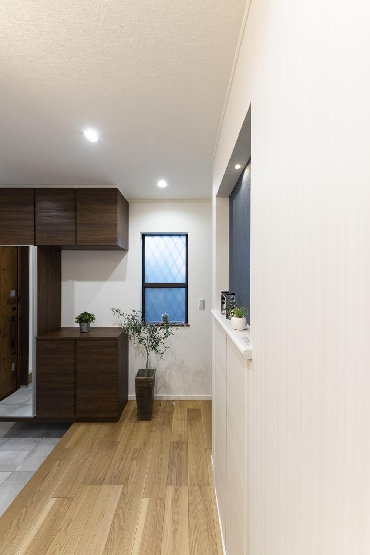 収納たっぷり!壁の向こうの階段下スペースを有効利用して、機能的な玄関ホールに♪収納部分は横から見てもフラットでスッキリとした玄関ホールに!