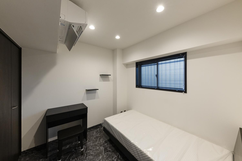 洋室/白×黒をベースにした生活感がなく都会的な印象のかっこいいお部屋に大変身!