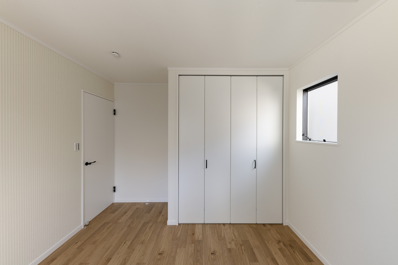 1階洋室/白を基調にしたお部屋。オークの木の優しい風合いを感じる、穏やかでくつろげる空間。
