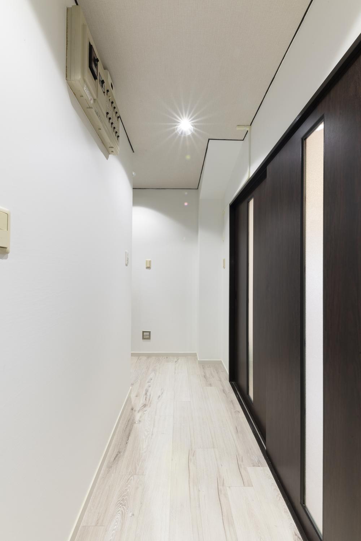 廊下/天井・壁のクロスを貼り替え、新しい床材を上張りしました。壁と天井の堺「廻り縁(まわりぶち)」にもブラックで塗装し空間を引き締めました。