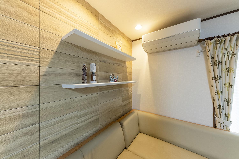 インテリアを楽しむオープン棚を設置し、空気を美しく整えるインテリア壁材「エコカラット」を施しました。ビンテージな風合いのある木目柄のデザインで、ナチュラルな空間に仕上がりました。
