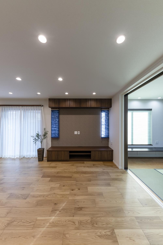 リビングにTVボードを造作。上部にもDVDなどがたっぷりしまえてお部屋がスッキリ!ダークカラーのクロスや縦長窓をアクセントにして特別感のある空間に。