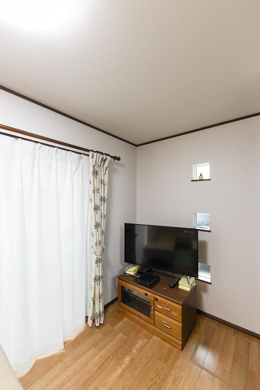 正方形の小窓を三つ並べました。シンプルだけど印象的で、室内にも外観にもおしゃれなアクセントになっています。