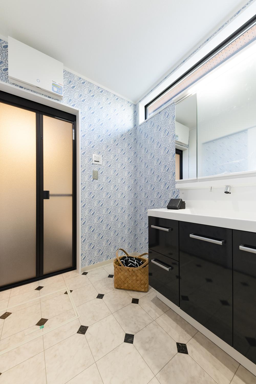 サニタリールーム/ペイズリー柄のブルーの壁紙や石目柄のフロアがとっても可愛らしくて印象的です。