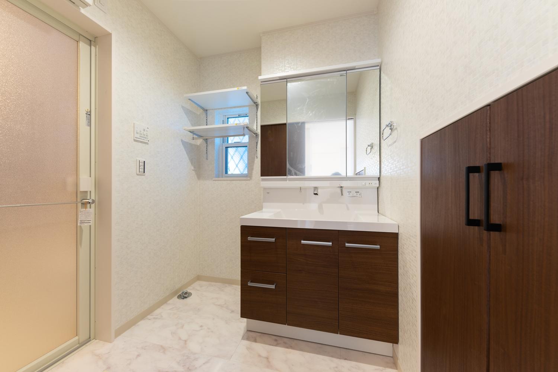 サニタリールーム/洗濯機置き場の上にタオルや洗剤を置ける可動棚を設置しました。上部の空間をムダなく活用できます!