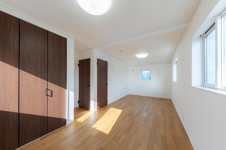 2階洋室/将来的に壁を設けて仕切れるので、ライフスタイルの変化に合わせて柔軟に対応できる間取りです。