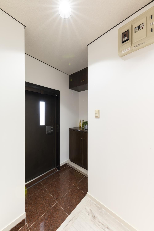 玄関/全面クリーニングを行い、天井・壁のクロスを貼り替えました。壁と天井の堺「廻り縁(まわりぶち)」にもブラックで塗装し空間を引き締めました。