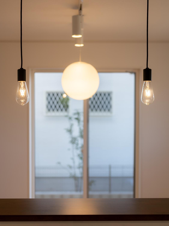 魅力的な多灯照明がくつろぎと温もりを与えます。