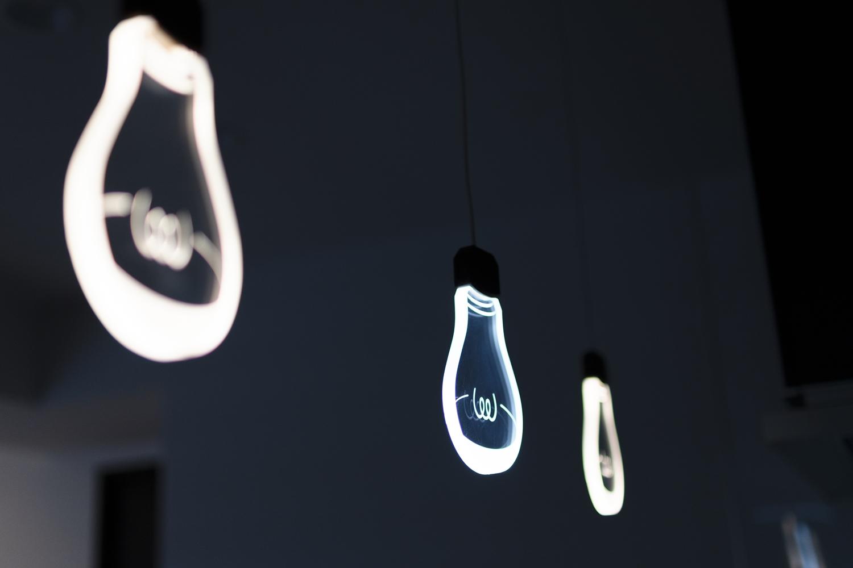 遊び心のあるオシャレな照明を設置。周りの明かりを消すとこんな感じに♪
