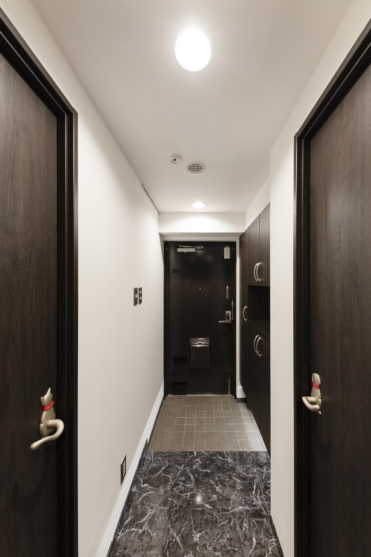 廊下~玄関/大理石調のフロアが印象的な、白と黒をベースにした高級感のある空間に大変身。