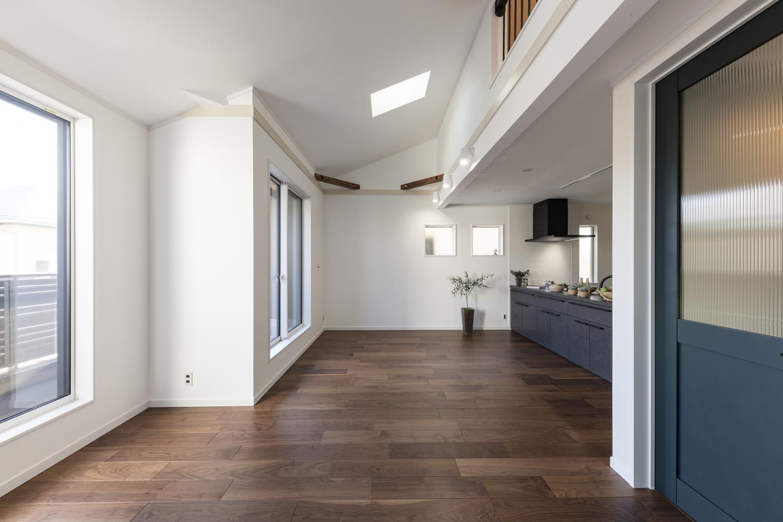 大きな窓やトップライトから、やさしい光が降り注ぐ、明るく開放的な2階リビング。
