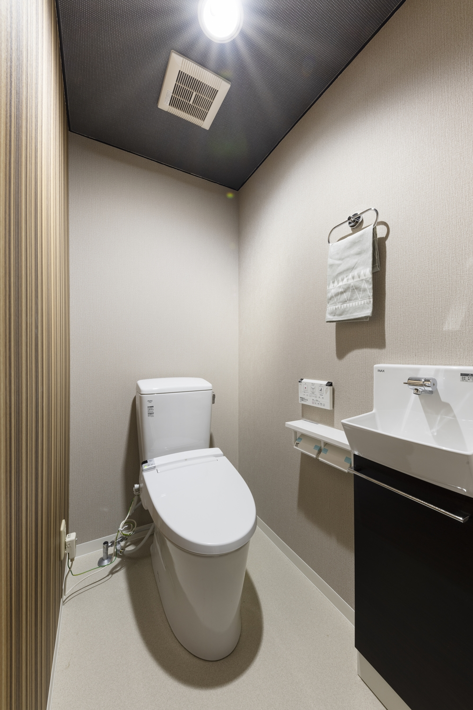 トイレ/床・クロスの張替え、便器・手洗い・照明器具等、全面リニューアルしました。天井と壁の一部にアクセントクロスを施しモダンな空間に変身しました!