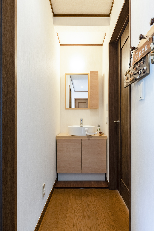 2階ホール/洋室収納の一部を、洗面化粧台スペースに変身させました!あわただしい朝でもこちらの洗面台を活用することで、家族と被らず身支度がスムーズに!