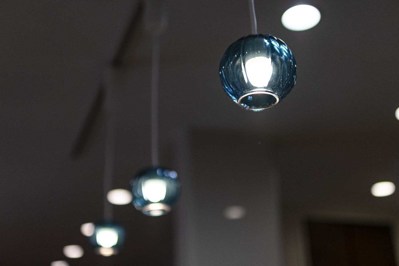 丸いフォルムがかわいらしいガラスのペンダントライトが、ダイニングをやさしく照らします。