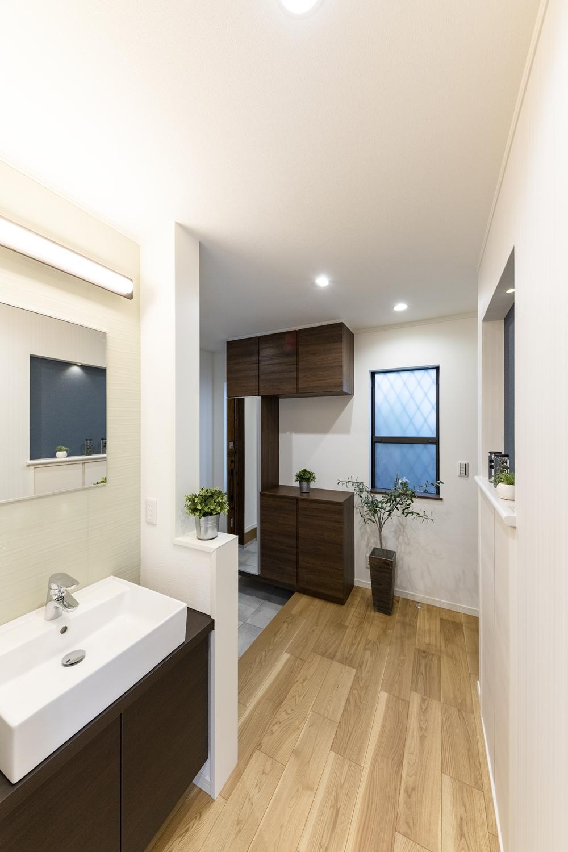 お客様も使いやすい玄関横の手洗いコーナー。帰宅してすぐうがいや手洗いができるので、衛生的で快適です。