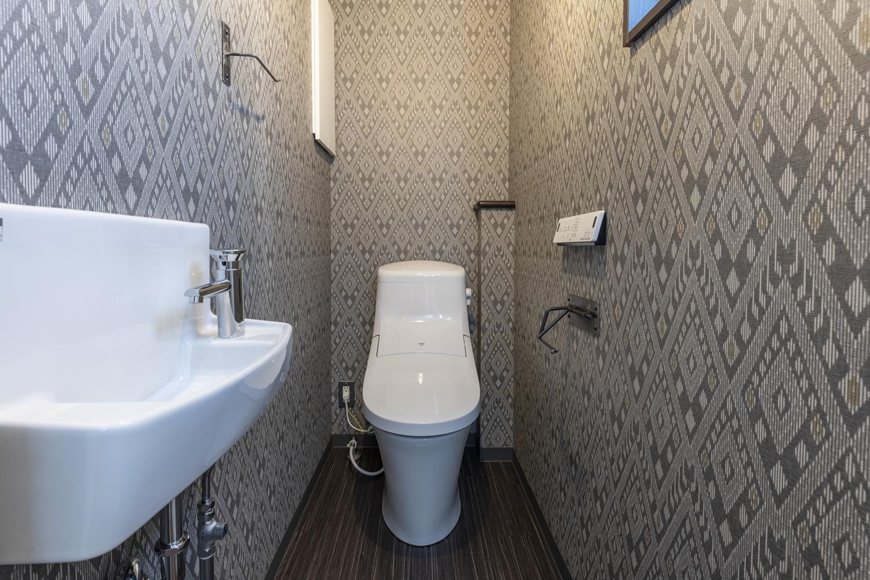 2階トイレ/柄のクロスを全面に施し、個性的に演出。手洗いを設置し使い勝手のよい空間に。