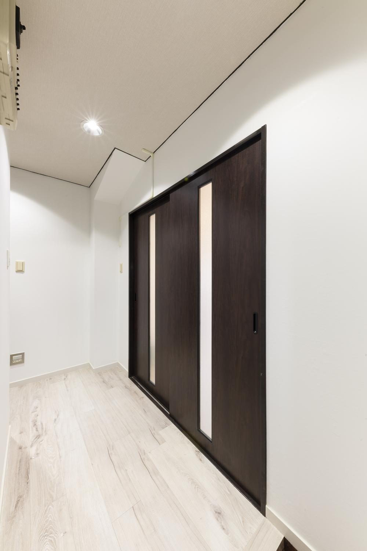 リビングドア/枠を塗り替え、スリットの入ったドアに交換しました。採光が入ることで部屋と廊下が明るくなります♪
