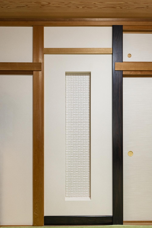「床の間」を裏側玄関のシューズクロークに変身させました!新設した壁には、空気を美しく整えるインテリア壁材「エコカラット」を施しお部屋のアクセントに♪