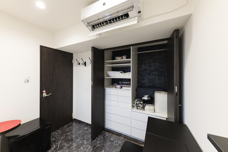 洋室/壁付けの黒いカウンターや、クロゼット内に白い収納を造作し、デザイン性も機能性にもこだわりました。