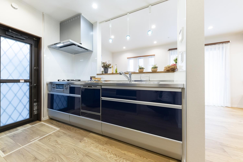キッチン扉は落ち着いた濃いブルーの高級感あるデザインに。