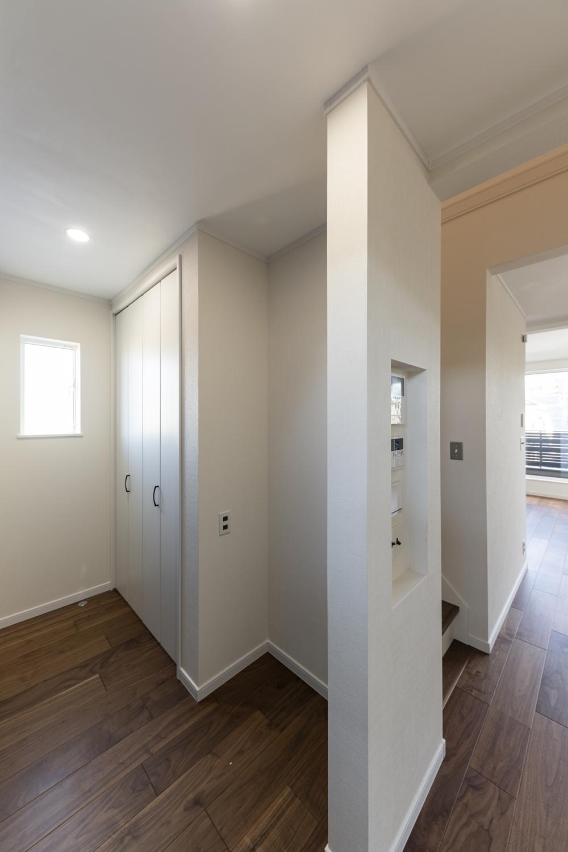 収納豊富なパントリースペース。備蓄や場所をとるキッチン家電の保管に便利で、買い物あとの片づけがスムーズに!