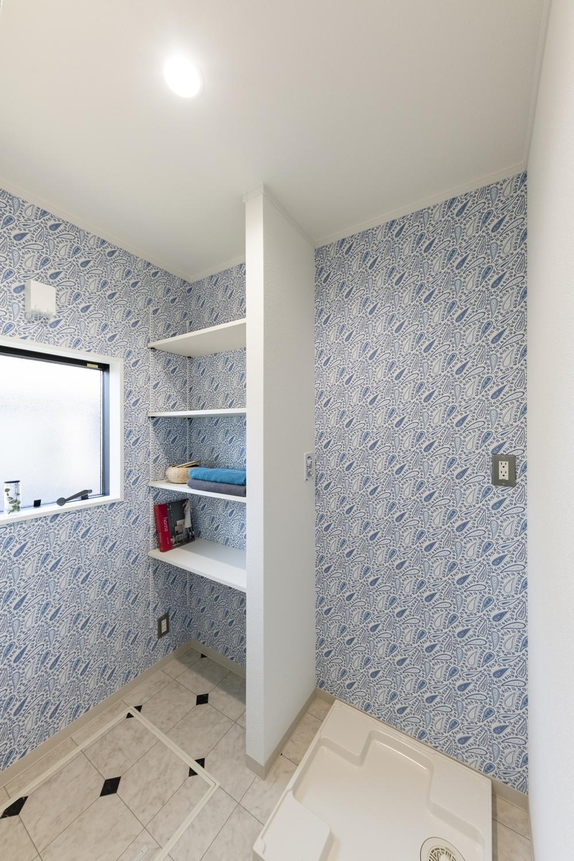 ランドリースペース/タオルや洗剤等をたっぷり収納できるリネン棚を設置。ペイズリー柄のブルーの壁紙が可愛らしくってとっても印象的です。