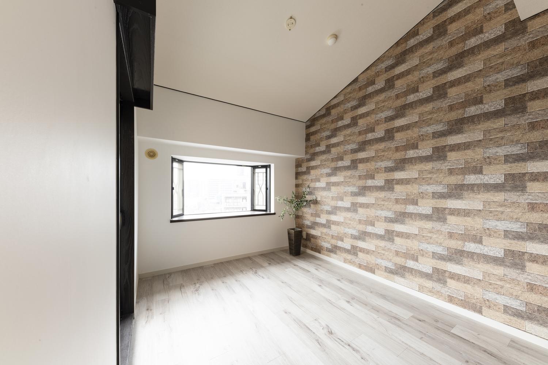 洋室/天井・壁のクロスの貼り替え、床材の上張り、建具の交換を行いました。壁と天井の堺「廻り縁(まわりぶち)」にもブラックで塗装し空間を引き締めました。