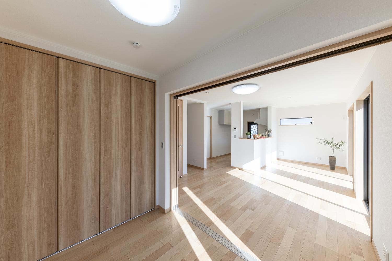 戸を開けてひとつなぎになった隣の洋室はリビングに開放感をプラスしてくれます。