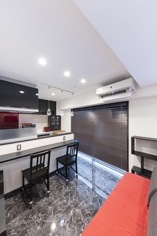 黒い大理石の風合いをリアルに再現した鏡面調仕上げの高級感ある床材を既存の床に上張りし、ダウンライトやおしゃれな照明を新規設置しました。