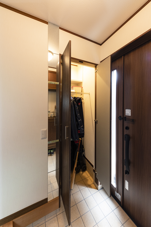隣室の「床の間」を玄関側のシューズクロークに変身させました!靴はもちろん、傘やスポーツ用品、アウトドアグッズなどの収納にとっても便利♪