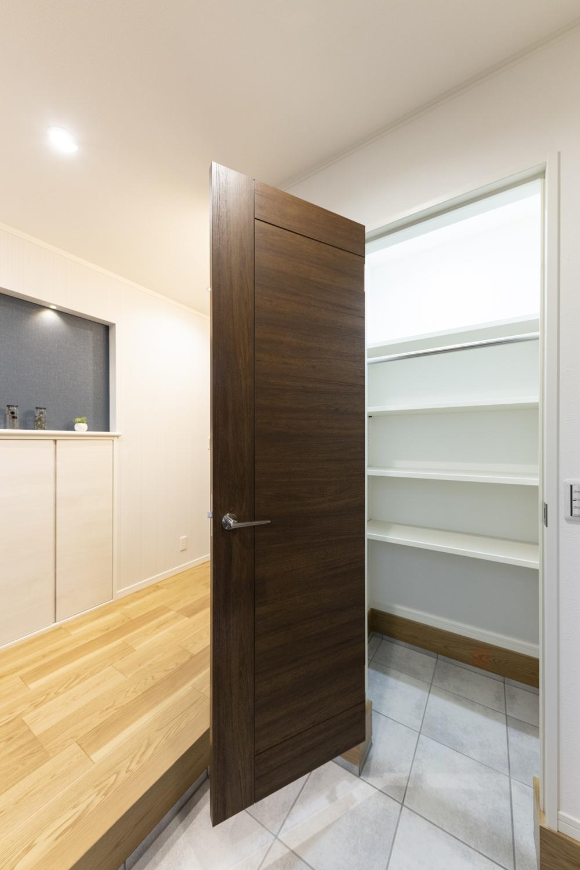 靴はもちろん、スポーツ用品、アウトドアグッズなどの収納に便利な扉付のシューズクロークを備えた玄関。