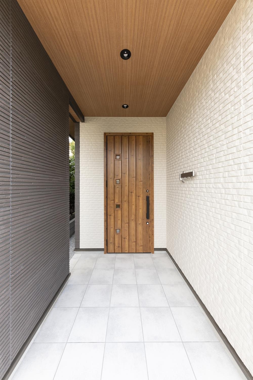 上下左右に異なるデザインをあしらった、スッキリ洗練された印象の玄関。