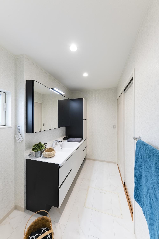 白を基調としたサニタリールーム。浮遊感のある、家具のようなキャビネットデザインに、美しい洗面ドレッサーが上質な空間を演出。