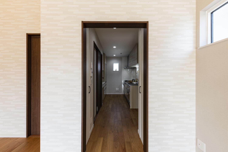 リビング・サニタリー・バスルーム間は、行き止まりのない「回遊動線」を取り入れ、家事の同時進行を快適に。