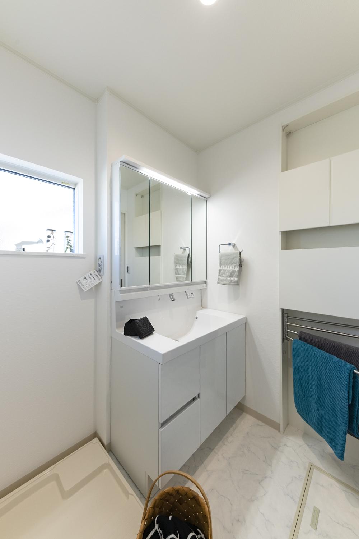 2階サニタリールーム/白を基調とした清潔感のある空間。洗濯後、階段を上がらずにバルコニーに行けるので家事導線が良く時短になります!
