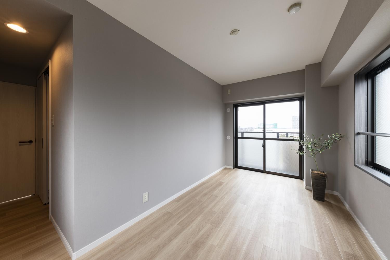 洋室/天井・壁のクロスの貼り替え、床材の上張りを行いました。「キレイめなビンテージシック」をイメージして、ナチュラルな木目の床に薄いグレーのクロスを合わせました。
