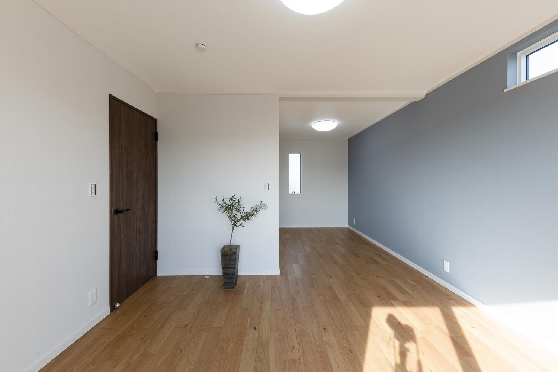 2階洋室/ブルーグレーの壁紙をアクセントにした爽やかな空間。