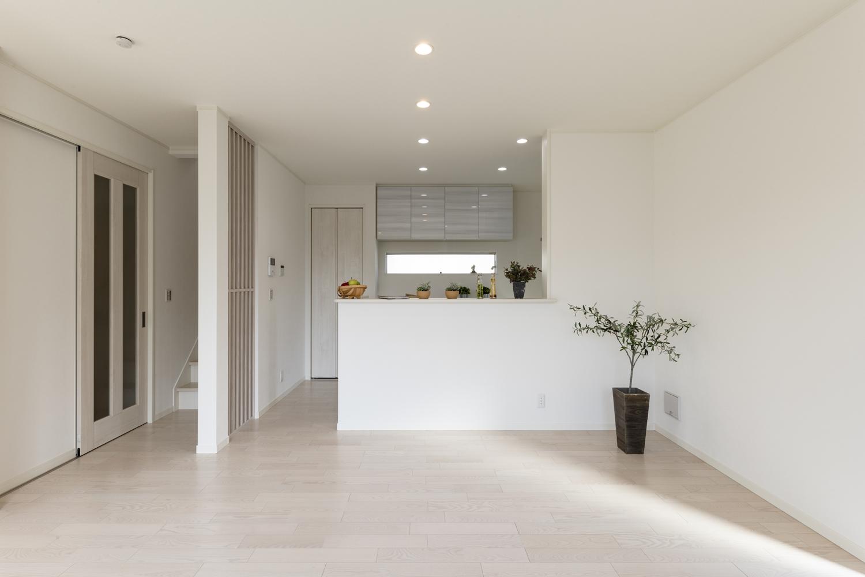 美しく繊細な木目、アッシュホワイトのフローリングが窓から差し込む光を反射し、空間を優しく包み込みます。
