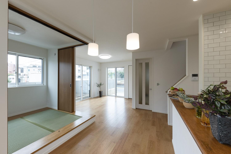 小上がりになった畳スペースのある「和×モダン」の居心地の良いリビング。