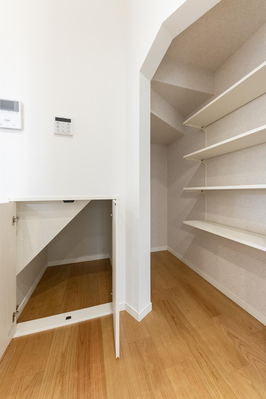 階段下の収納スペースを利用してパントリーに。