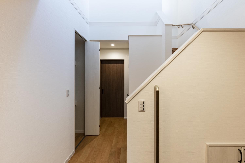 廊下にも収納を設え、家族が共有で使える機能的なスペースに。