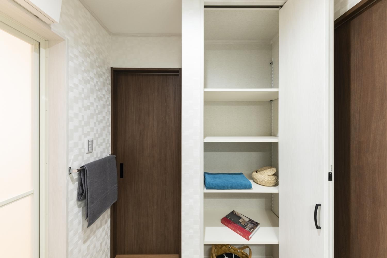 タオルや洗剤等をたっぷり収納できる可動式のリネン棚を設置。サニタリールームとキッチンの間にもドアを設け、家事動線の良い2Wayの間取り。
