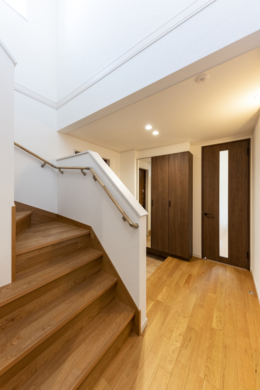 フローリングや建具の木肌の美しさや手触りが心地よい、ナチュラルで温かみのある空間。