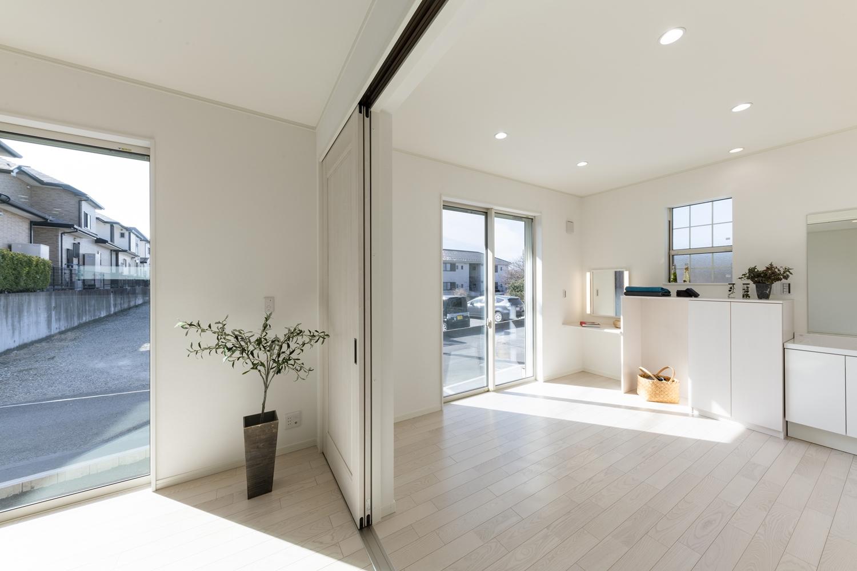 リビングの引き戸を開けると隣のお部屋と合わせて22帖超の開放感いっぱいの大空間に!